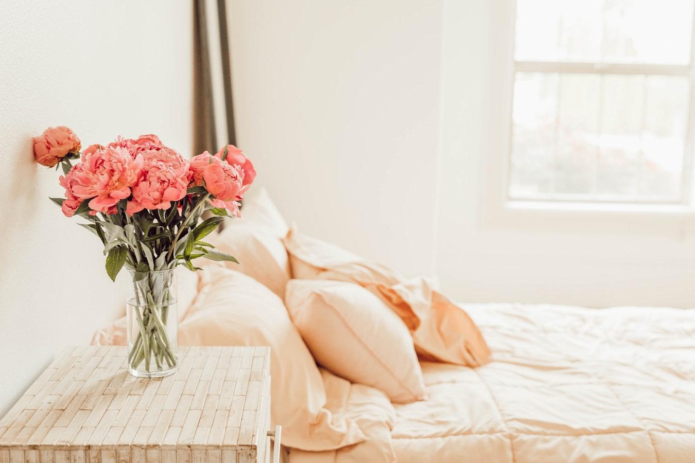Chambre d'amis décorée avec un bouquet de fleurs