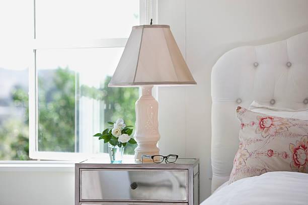 Lampe de chevet sur une table de nuit dans une chambre d'amis