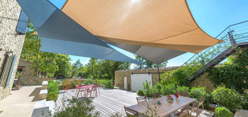 Voiles d'ombrage superposées pour ombrager une terrasse